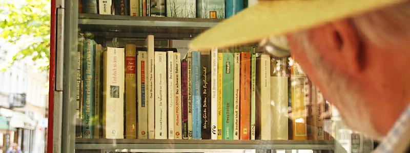 Der Bücherschrank am Werderplatz hat eine große Auswahl an Büchern vorzuweisen.